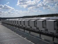 Dettaglio Impianto Fotovoltaico 350 kWp su nuovo capannone industriale. Soluzione parzialmente integrata con 25 inverter di stringa e moduli fotovoltaici di tipo policristallino.